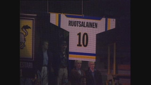 Uutisjutut: Urheilu, Tulosruutu elokuussa 1999: Kärpät nosti puolustajalegenda Reijo Ruotsalaisen paidan kotihallinsa kattoon