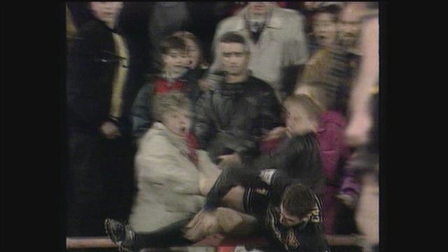 Uutisjutut: Urheilu, Tulosruutu maaliskuussa 1995: ManU-tähti Eric Cantona sai kovat sanktiot hyökättyään väkivaltaisesti katsojan kimppuun